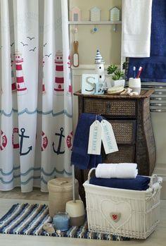 un rideau de douche à motifs nautiques et un linge de bain en bleu foncé et blanc