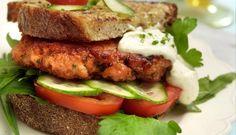 Burger di Salmone Norvegese con insalata, pomodorini e formaggio cremoso alle erbe