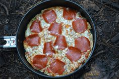 Dutch oven campfire cooking is one of the very best methods to make meals on camping trips. A big and deep Dutch oven will have space for many serving sizes so that you can feed an entire household. Dutch oven outdoor camping recipes are great for b Camping Pizza, Camping Glamping, Camping Meals, Camping Hacks, Kids Meals, Camping Recipes, Camping Stuff, Camping Guide, Camping Cooking