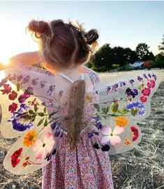 Aren't these diy butterfly wings just amazing?😍 Using pressed, dried flowers, driftwood and contact paper Johanna and… Craft Activities, Toddler Activities, Nature Activities, Diy For Kids, Cool Kids, Fun Crafts For Kids, Diy Pour Enfants, Nature Crafts, Toddler Crafts