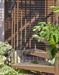 Photo S28 - Gamme Initiale - SPIR'DÉCO® Classique. Escalier standard d'extérieur en acier galvanisé. Marches caisson pour béton ciré décoratif. Les marches béton permettent d'obtenir un escalier métallique silencieux. - © Photo : Gilles PUECH