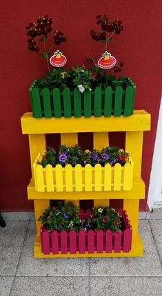 DIY Projects that Transforms Old Pallets into Fabulous Things Wooden Pallet Planter Diy Pallet Wall, Wooden Pallet Projects, Wooden Pallet Furniture, Pallet Crafts, Wood Crafts, Pallet Ideas, Recycled Crafts, Furniture Ideas, Old Pallets