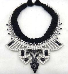 Maxi colar prateado com cristais pretos e brancos