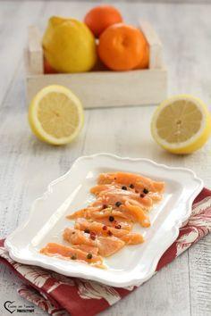 Carpaccio di salmone marinato agli agrumi Ceviche, Finger Foods, Carne, Ethnic Recipes, Drink, Blog, Italian Cuisine, Tartarus, Beverage