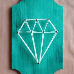The board could be a great piece to pull together a dorm& color theme String Art - DIY. The board could be a great piece to pull together a dorms color theme String Crafts, Foam Crafts, Diy And Crafts, Arts And Crafts, Craft Foam, Arte Linear, String Art Patterns, Ideias Diy, Sorority Crafts