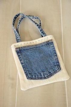 Designer bags and purses recycled denim Designer Amy Barickman of Indygo Junction created this quick and easy bag with recycled jeans--perfect for carrying all your must-haves. Diy Jeans, Recycle Jeans, Artisanats Denim, Denim Purse, Denim Bags From Jeans, Jean Crafts, Denim Crafts, Jean Diy, Simple Bags