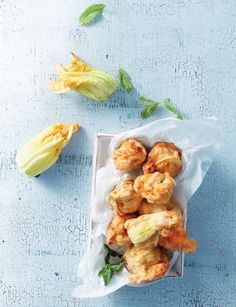 Fried courgette flowers stuffed with cheese - www. Greek Recipes, Keto Recipes, Dessert Recipes, Healthy Recipes, Healthy Food, Cetogenic Diet, Zucchini Flowers, Fresh Rolls, Food Styling