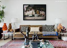 Sala de estar de Cris Rosenbaum tem decor étnico e artesanato brasileiro.