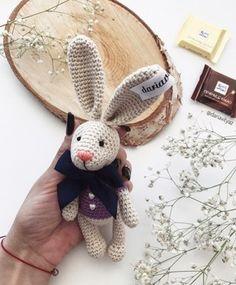 Бесплатный мастер-класс по вязанию пасхального кролика крючком от Дарьи Вытязь. Высота вязаного крольчонка вместе с ушками примерно 20,5 см. При вязан…
