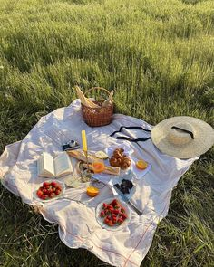 Cottage core and mori aesthetics — bruwho: Picnic Date, Beach Picnic, Summer Picnic, Fall Picnic, Picnic Theme, Picnic Parties, Nature Aesthetic, Summer Aesthetic, Aesthetic Food