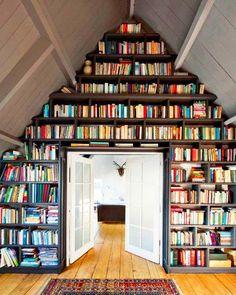 Un pan de mur complet aménagé en bibliothèque :sans doute la plus belle déco du monde...