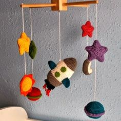 Ideas crochet baby mobile pattern english for 2019 Crochet Baby Mobiles, Crochet Mobile, Crochet Baby Toys, Crochet Diy, Crochet For Kids, Crochet Animals, Crochet Crafts, Crochet Dolls, Baby Knitting