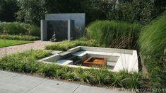 moderne zitkuil met Carex morowii 'Variegata' en Miscanthus sinensis 'Gracilimus' www.tuinmeesters.com