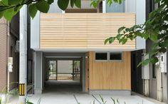 位於新潟県長岡市的這個住宅,以鋼骨節建造,是建築師小川峰夫的作品,由於當地氣候到了冬日成為豪雪地帶,強調高氣密高断熱、耐雪兩公尺高度的現代住宅變成為當地居民改造老家的渴望典範。過去這裡是密集型的町家集落,從2010年起當地的NPO組織就一直協助住民將地方型的住屋改變成現代化的住宅,原本房屋開口狹小、寢床空間宛如鰻魚住所的狀況已不復見,逐漸變成令人感到舒適的現代住家。  via 一級建築士事務所 (有)アーキセッション