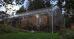 Coppia racchiude la propria casa in una serra gigante per tenerla al caldo