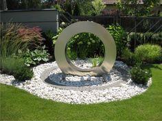 Nowoczesne fontanny do ogrodu. Jak je zainstalować dowiesz się w https://www.homify.pl/katalogi-inspiracji/379275/nowoczesne-fontanny-ogrodowe-zainstaluj-w-7-krokach