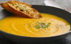 Vellutata di carote e mele - La vellutata di carote e mele è nutriente e leggera, oltre che gustosa. Ha un sapore dolce con un tocco sfizioso e aspro delle mele smith. Si prepara con carote e mele, insieme a cipolle, erbe aromatiche e maizena.