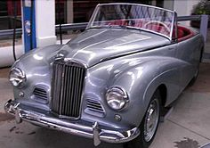 La Sunbeam Alpine, cette ancienne automobile fut construite de 1953 à 1955, la Sunbeam Alpine de 1953 mesure 1.58 mètres de large, 4.28 mètr...