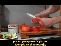 Cocinero fiel gazpacho Avi, Gazpacho, How To Speak Spanish, Plastic Cutting Board, Videos, Youtube, Simple, Exercise, Restaurants