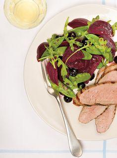 Recette de Ricardo de filets de porc et salade de betteraves et de bleuets