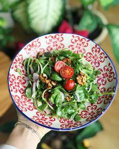 Taptaze semizotu salatasi. @healthyfoodbreak #healthyfoodbreak #healthy #healthyfood Gunun puf noktasi: 🌱Salatasi varken neden pisip de olsun canim semizotu? Caniyla yesiliyle canimiza can katmak icin gelmis sanki dunyaya.. 🌱1 avuc kiraz domates, 1 kirmizi sogan, 1 avuc ceviz, 1 corba kasigi dolmalik fistik... 🌱Sos olarak da 1 limon suyu (bol limonlu en alasi), 2 corba kasigi zeytinyagi, 1 corba kasigi @misbahcem elma sirkesi, deniz tuzu, taze karabiber..