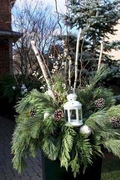 Outdoor Christmas decoration to beautify your home - Weihnachtsdekoration Outdoor Christmas Planters, Christmas Urns, Christmas Front Doors, Christmas Greenery, Christmas Arrangements, Rustic Christmas, Christmas Home, Outdoor Planters, Christmas Lights