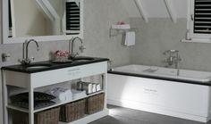 Mooi landelijk badkamer meubel met landelijk inbouwbad Vanheck badkamers Serie Sanitaire de Paris romantich en mooi om bij weg te dromen