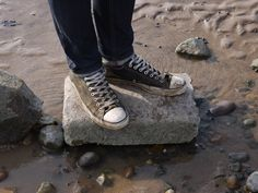 how awesome! my two favorite things in the same picture-- Converse and the beach :)