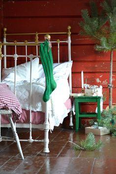 Tante Monica: Luke Jul i vårt hus Christmas Room, Country Christmas, Christmas Themes, Christmas Decorations, Red Cottage, Cottage Style Homes, Luke 8, Wrought Iron Beds, Retreat House