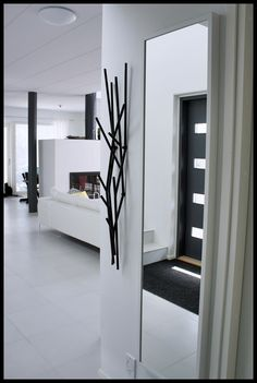 *Mirror & Black Sculpture (Covon Latva-naulakko)
