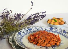 Tajný recept mé drahé babičky, který se mi od ní povedlo vyloudit. Směs kuřecího masa s čerstvou paprikou, výtečnou omáčkou a kroketami.