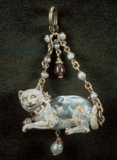 Renaissance cat pendant fitted around natural baroque pearl Renaissance Jewelry, Medieval Jewelry, Ancient Jewelry, Antique Jewelry, Vintage Jewelry, Wiccan Jewelry, Cat Jewelry, Animal Jewelry, Pearl Jewelry