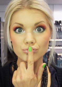 What a cute way to do colorful eyeshadow!