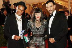 Brahim Zaibat, Madonna y Riccardo Tisci en la alfombra roja de la gala MET 2013 en Nueva York