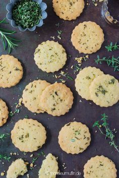 Recipe for herb crackers with Mediterranean herbs and breadsticks with chilli . Crackers, Vegan Jerky, Vegan Party Food, Biscuits, Snack Mix Recipes, Snacks Für Party, Vegan Appetizers, Breakfast Dessert, Recipes From Heaven