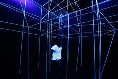 Funcionária do museu observa montagem da instalação 'Spazio Elastico', de Gianni Colombo