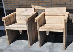 Stoel met een schuine rug leuning van oud gebruikt steigerhout. Leuk voor een zitje in de tuin.