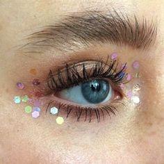 Блёстки в макияже: На губах, веках, бровях и не только — Красота на Wonderzine