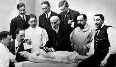 lase de anatomía de Santiago Ramón y Cajal (centro) en 1915. / ALFONSO. Uno de los grandes | Babelia | EL PAÍS
