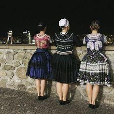 Noci v meste  #praveslovenske od  @zenicky_cepcenie  Ženičky na hrad!  #ibratislava @ibratislava.sk #bratislava #folklor Captain Hat, Culture, Hats, Dresses, Fashion, Vestidos, Moda, Hat, Fashion Styles