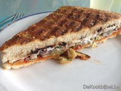 Focaccia gevuld met gegrilde courgette en geitenkaas en pikante pesto -