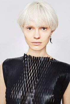 24 Trendy Bowl Haircuts To Try Right Now A bowl or a mushroom haircut is one of the hottest trends among short haircuts this year. Messy Bob Hairstyles, My Hairstyle, Short Choppy Hair, Short Hair Cuts, Long Hair, Bowl Haircut Women, Mushroom Haircut, Medium Hair Styles, Short Hair Styles