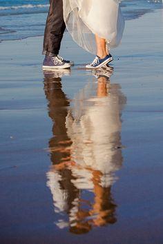 Weinig wind? Laat de fotograaf foto's maken met spiegelingen in het water. Deze foto werd gemaakt door: Bruidsfotografie Zeeland - Frans & Carlijn | FC GNF 59
