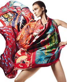 A griffe já se tornou conhecida pela sua aposta nos lenços de seda