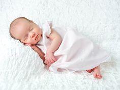 Sesión de Estudio de una bebé de un mes. Posturitas...©FotoBB Reportajes