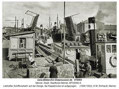 Memel, Lebhafter Schiffsverkehr auf der Dange, die Klappbrücke ist aufgezogen