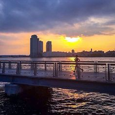Welcome to #RunnerLand  #Photo: @eatforendurance  Beautiful #sunrise session on the #EastRiver to kick off my peak #uthc #ultramarathon training week (also part of #nycmarathon training)!   Lets follow us & tag #RunnerLand in your photos for featured