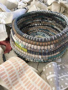 Rope Basket, Basket Weaving, Willow Weaving, Fabric Bowls, Textiles, Creation Couture, Recycled Fabric, Fabric Crafts, Sewing Projects