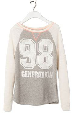 This Spring/Summer 2017 try a comfortable look with sweatshirts for women at PULL&BEAR. Oversized or printed hoodies and slogan sweatshirts. Sport Outfits, Casual Outfits, Printed Sweatshirts, Hoodies, Girls Hair Accessories, Perfect Wardrobe, Sweater Jacket, Summer Girls, Beautiful Outfits