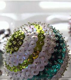 Cómo hacer esferas navideñas con lentejuelas - ManualidadesGratis.es